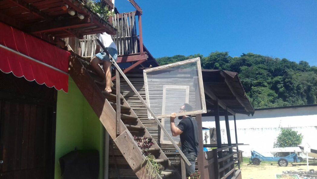 Telas instaladas em residências de Angra dos Reis ajudam a conter mosquitos transmissores da febre amarela silvestre (Foto: Divulgação SES)