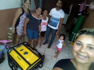 Família da menina que vive na Baixada comemora a doação do gerador (Foto: Álbum de Família)