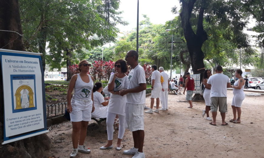 Estudantes da Cultura Racional reunidos em praça