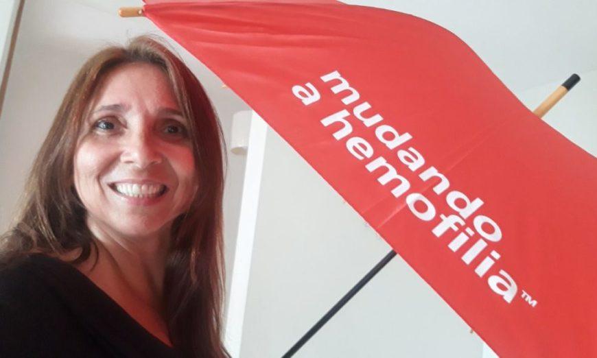 Rosayne Macedo recebe guarda-chuva do projeto Mudando a Hemofilia