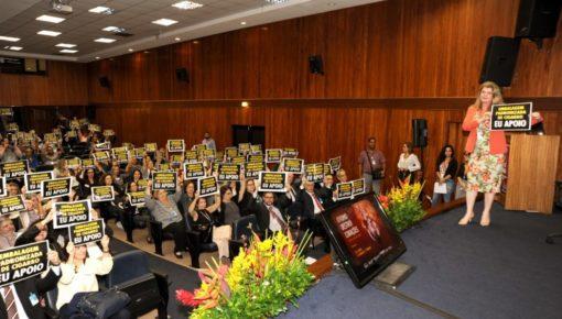 Campanha por embalagem padrão de cigarros foi lançada durante evento no Inca